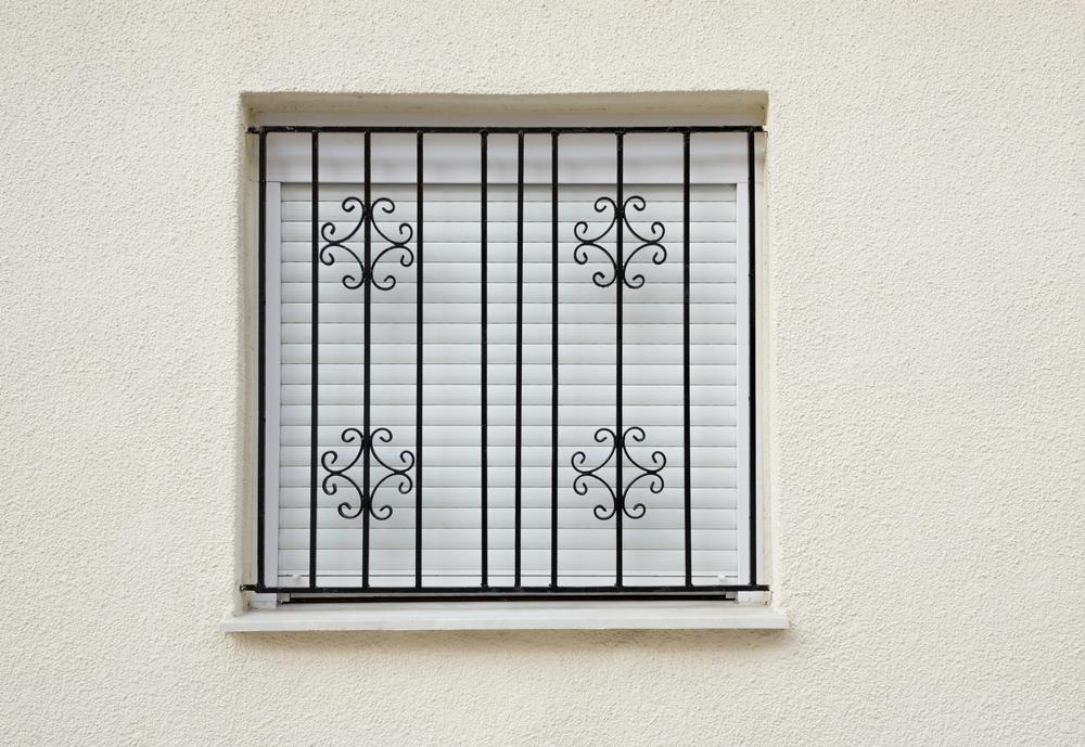 סורגים עם עיטור לחלון